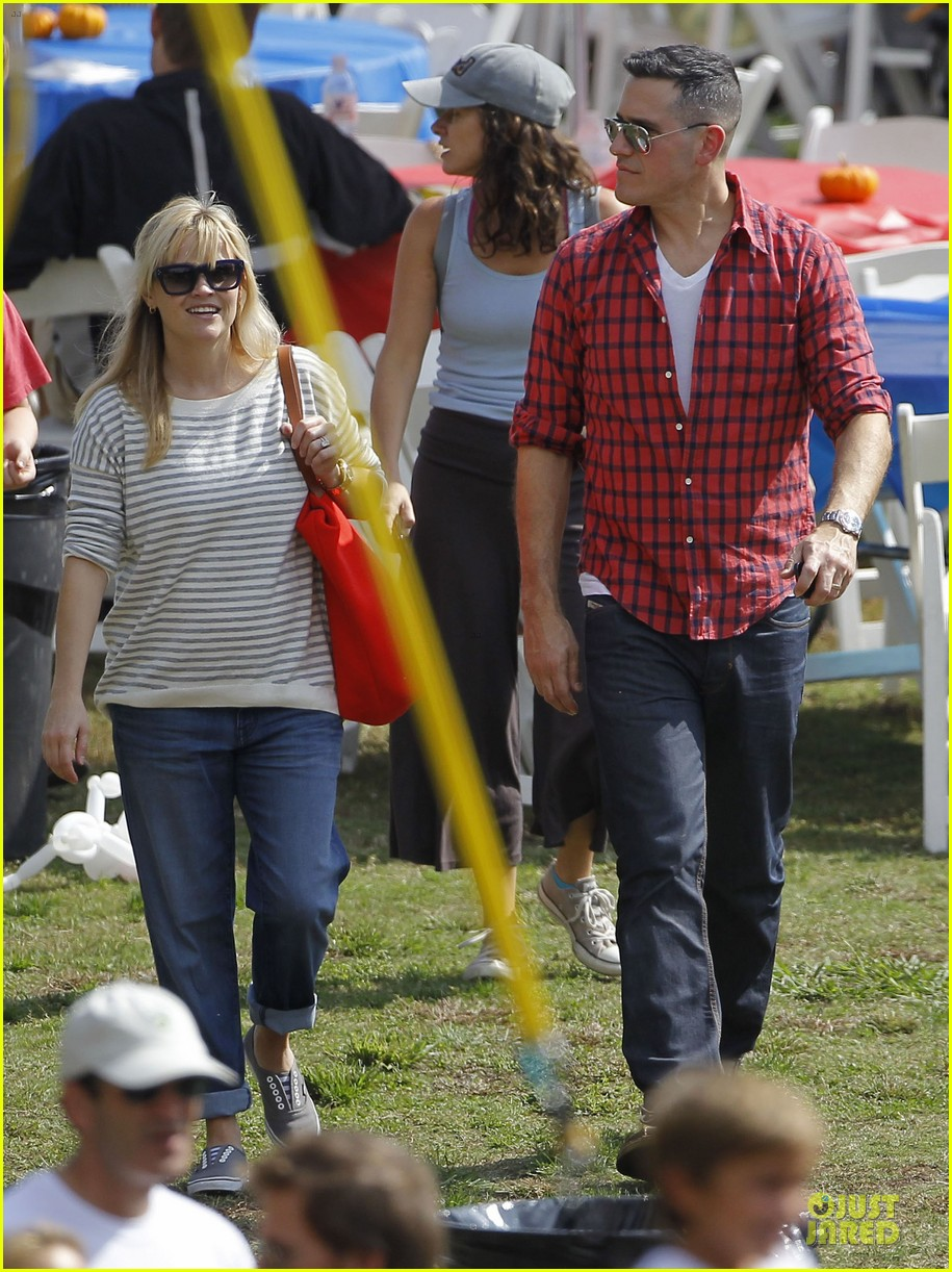 reese witherspoon jim toth carnival couple in brentwood 01