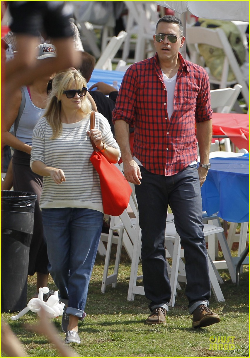 reese witherspoon jim toth carnival couple in brentwood 03