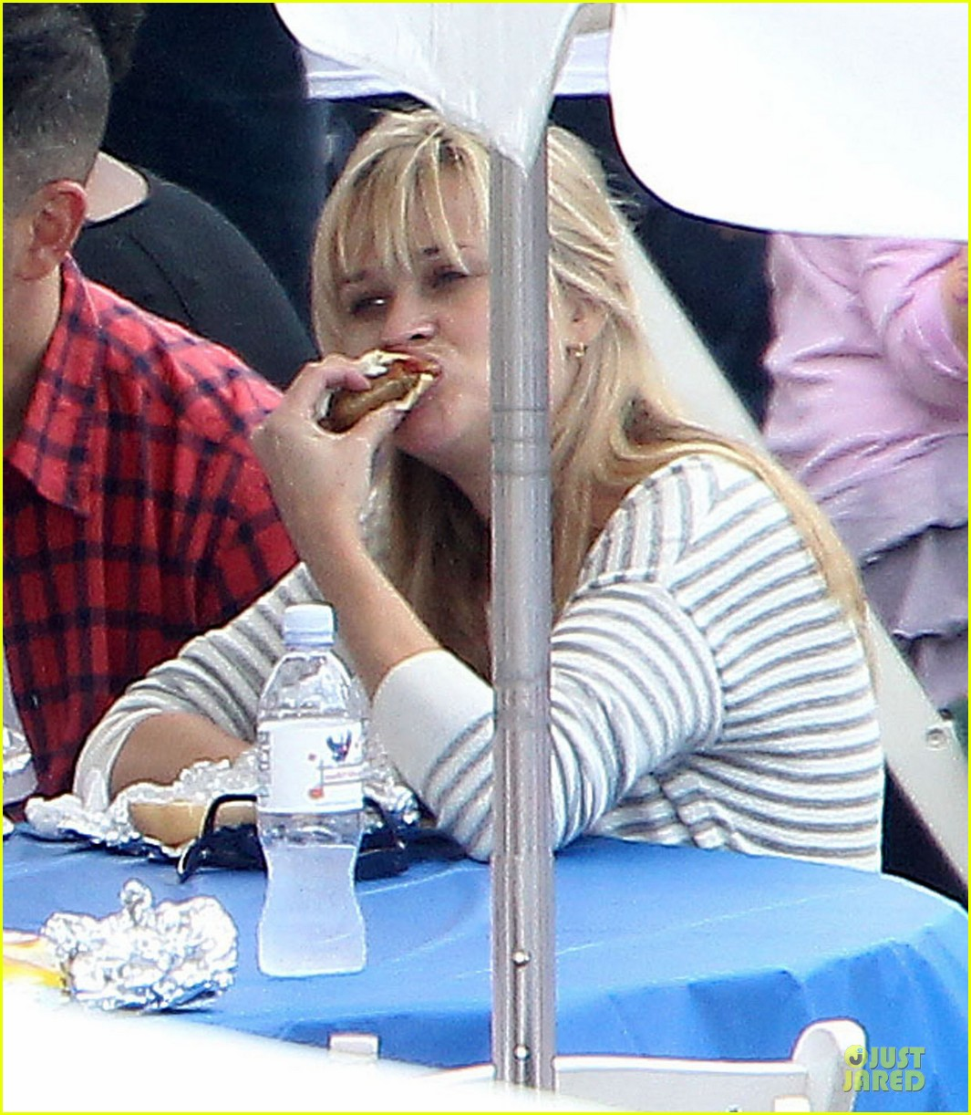 reese witherspoon jim toth carnival couple in brentwood 04