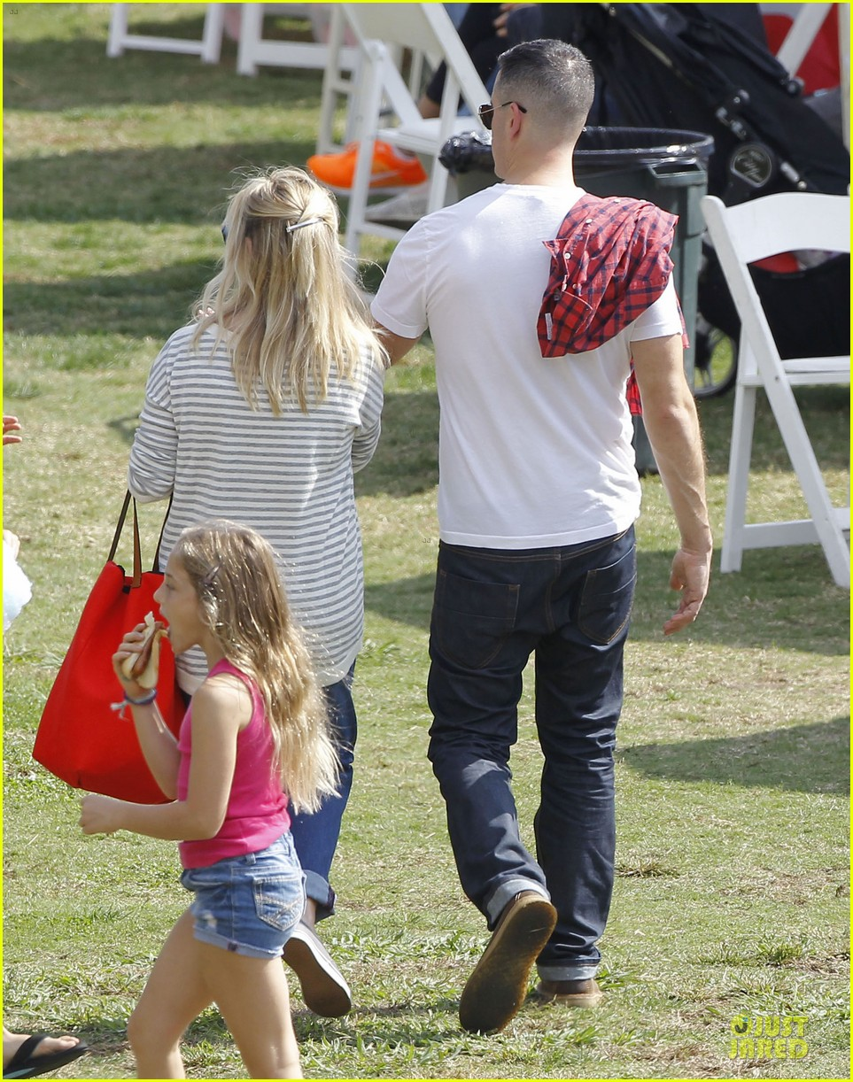 reese witherspoon jim toth carnival couple in brentwood 05