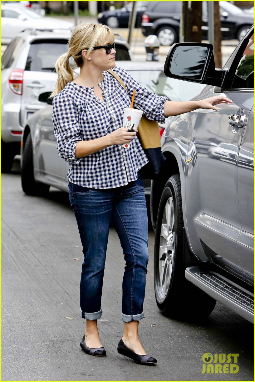 reese witherspoon juices up with deacon 02