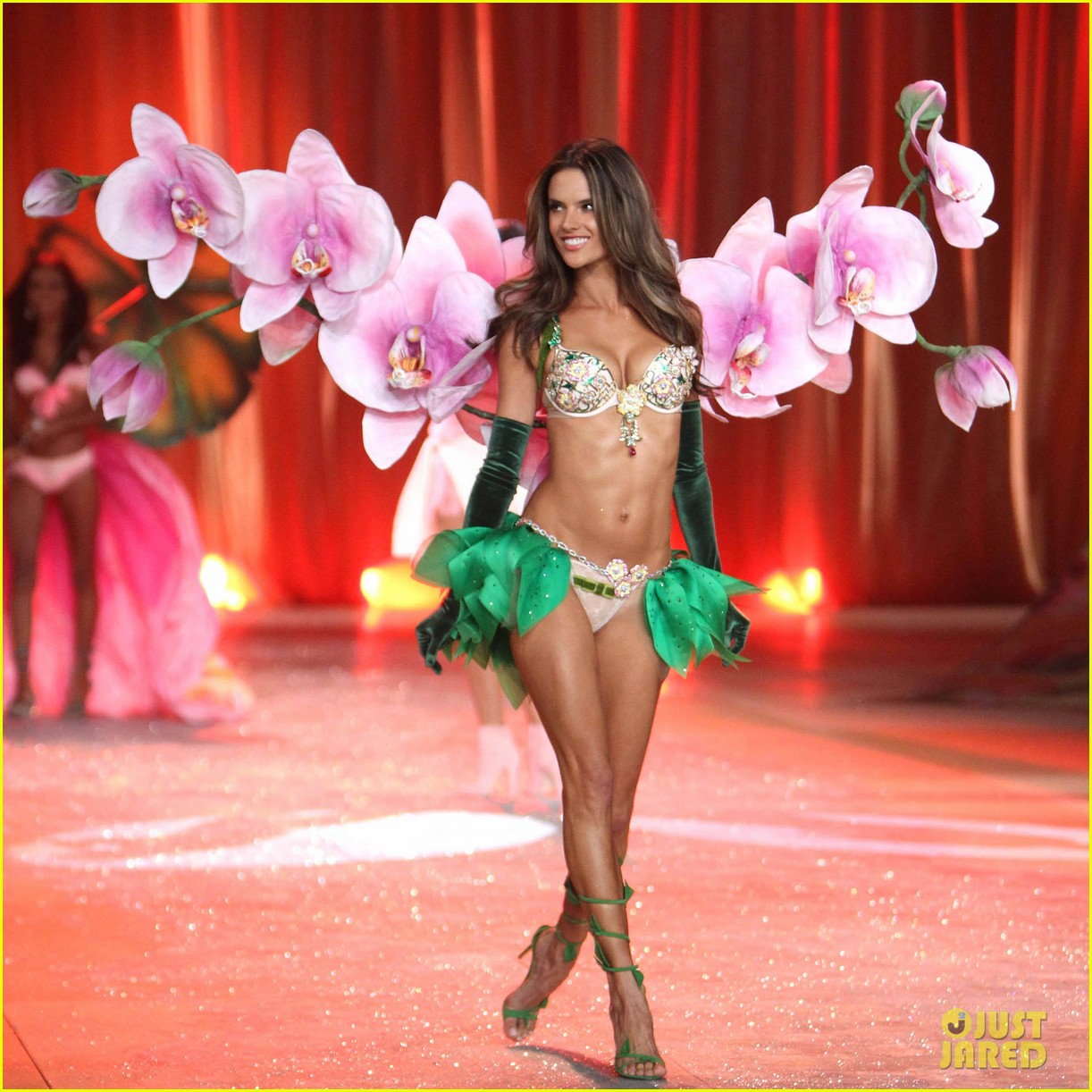 adriana lima alessandra ambrosio victorias secret fashion show 2012 05