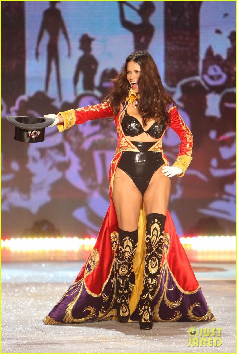 adriana lima alessandra ambrosio victorias secret fashion show 2012 06