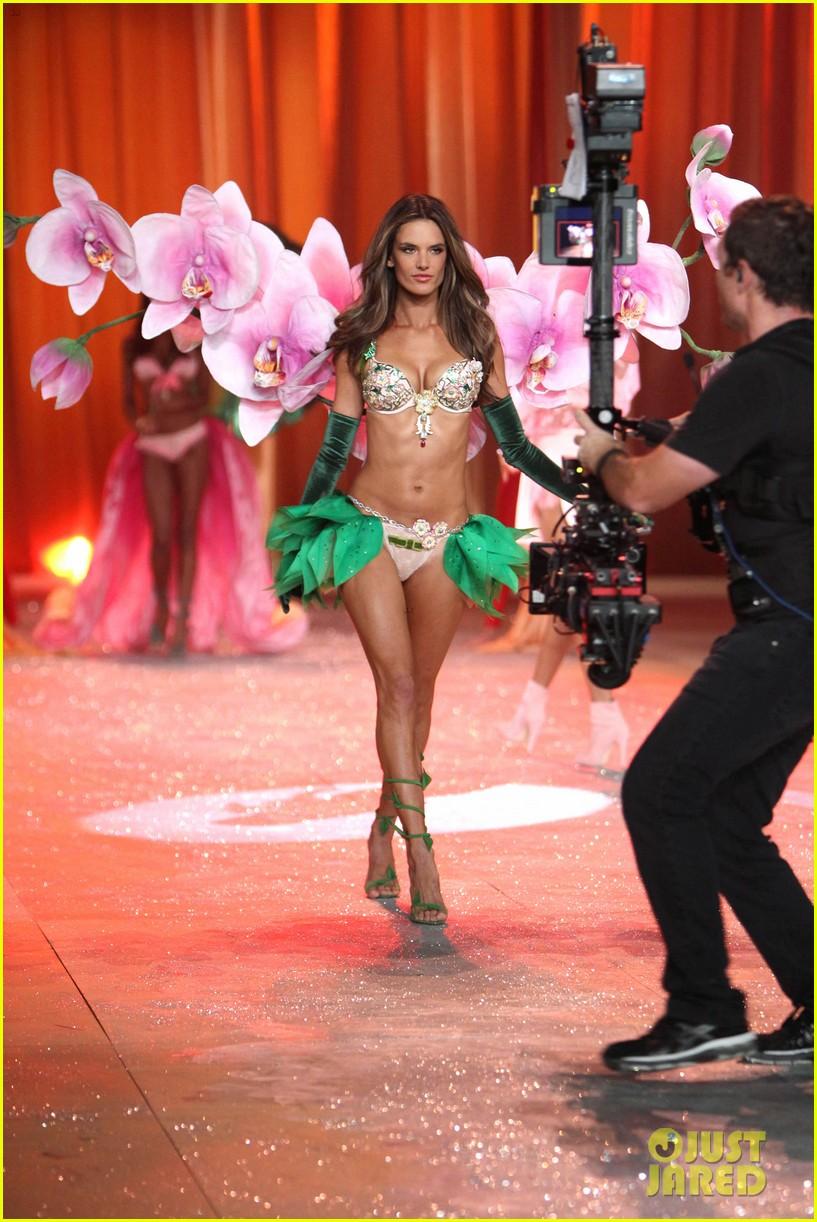 adriana lima alessandra ambrosio victorias secret fashion show 2012 13