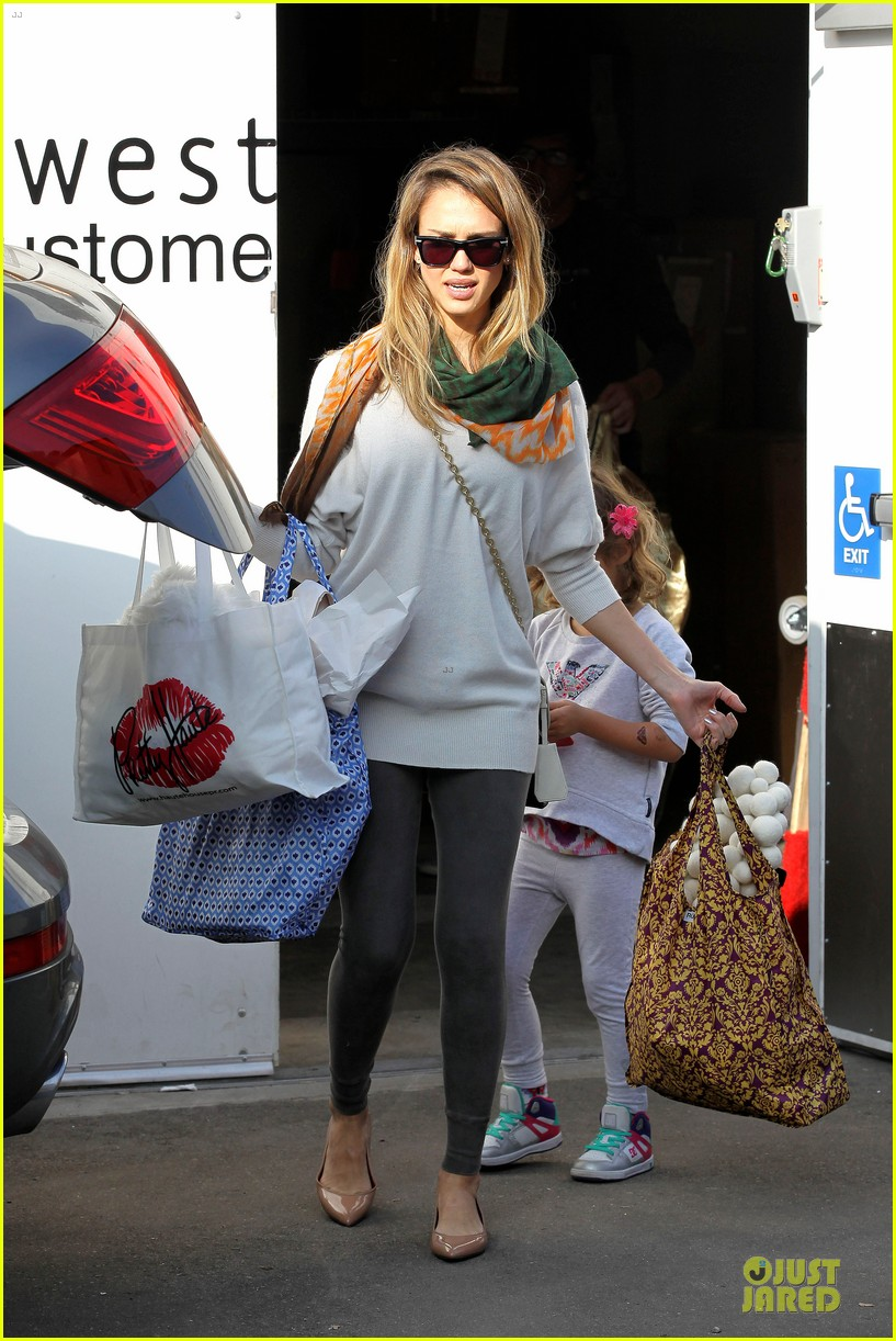 jessica alba holiday shopping with honor 23