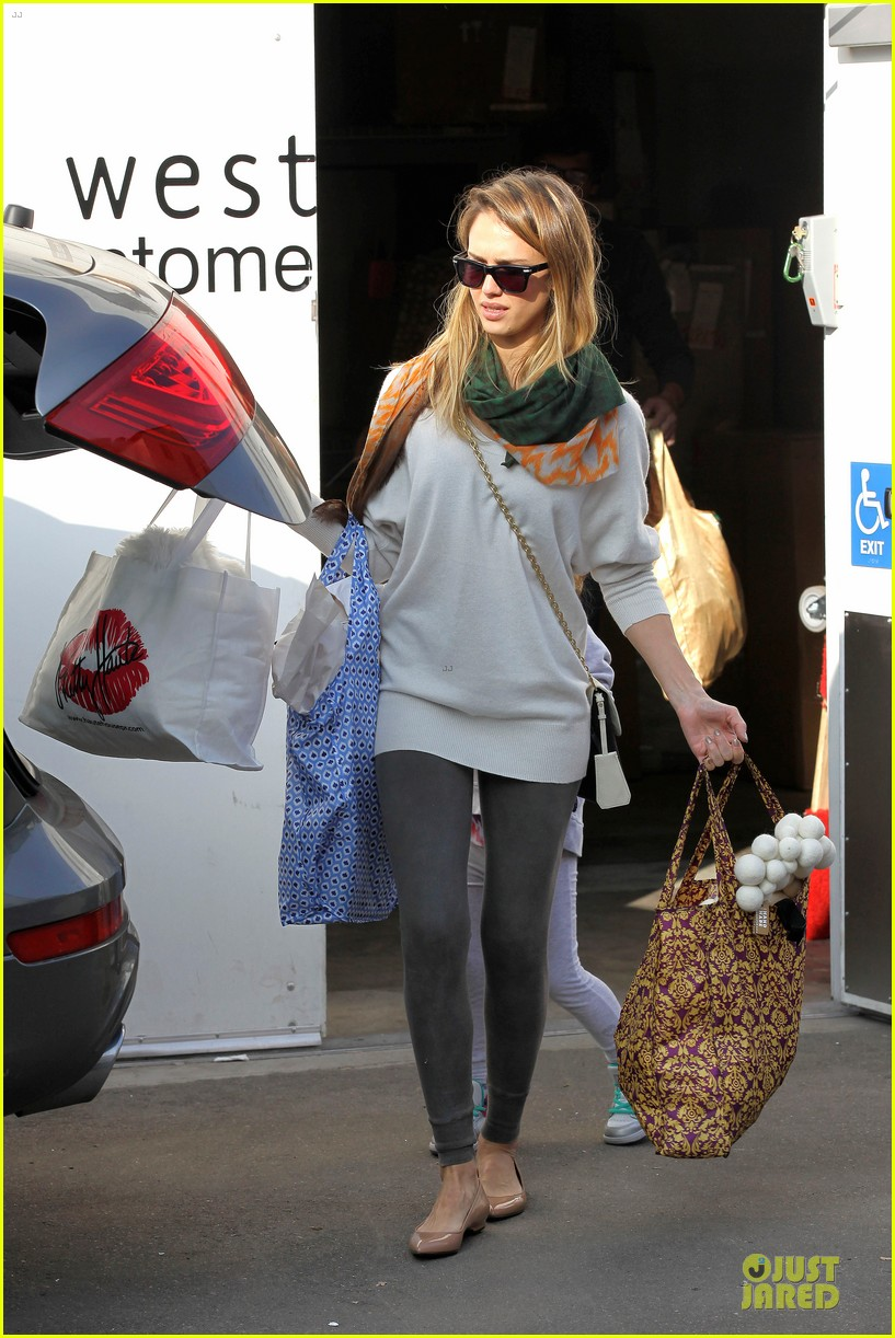 jessica alba holiday shopping with honor 26