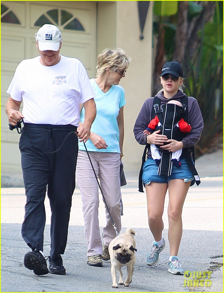 anna faris family walk with baby jack 06