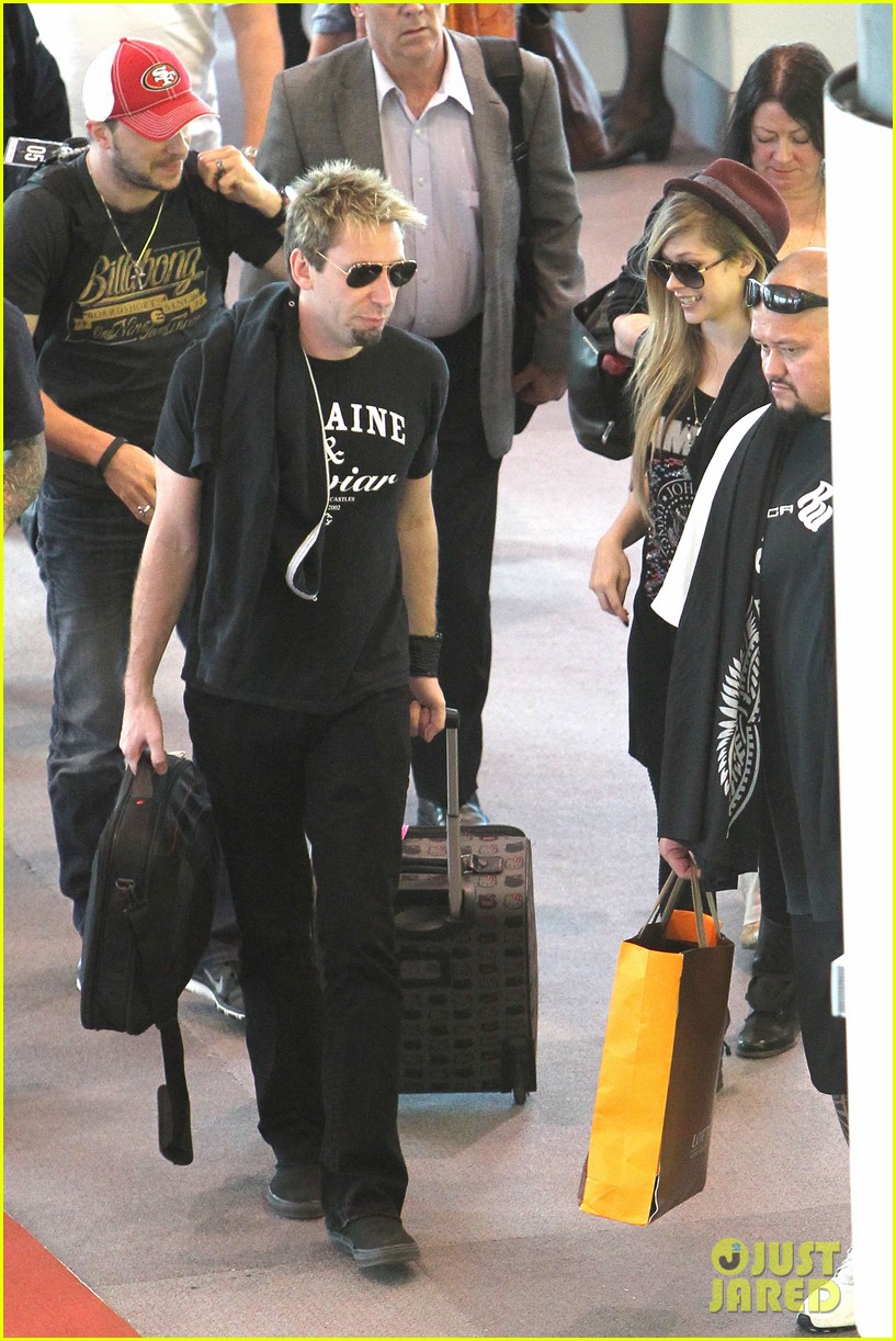 avril lavigne accompanies fiance chad kroeger on tour 13