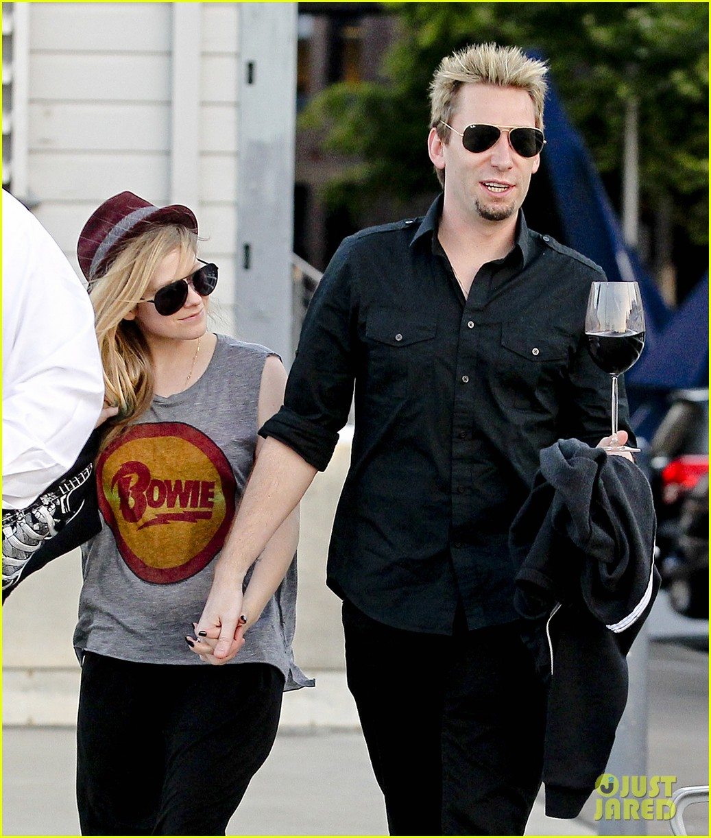 avril lavigne accompanies fiance chad kroeger on tour 35