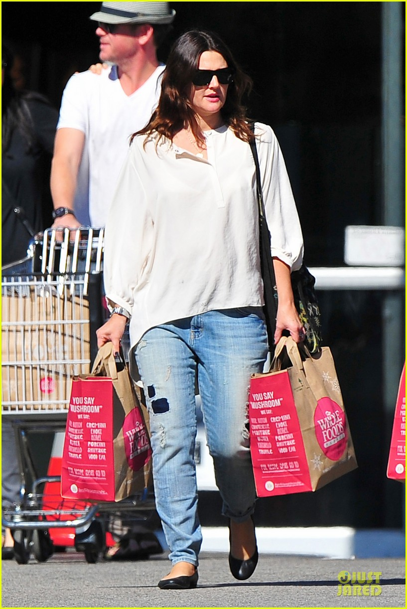 drew barrymore appreciates whole foods with a hug 01