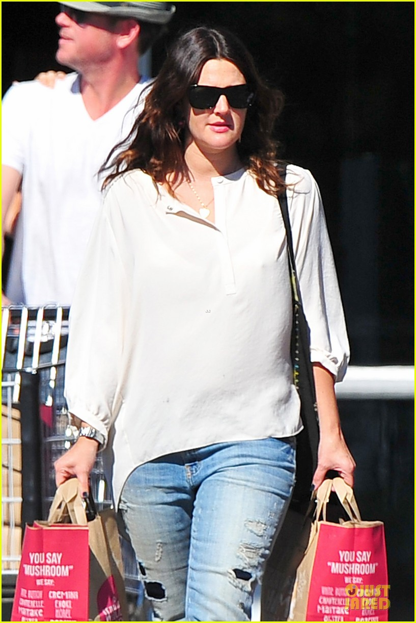 drew barrymore appreciates whole foods with a hug 02