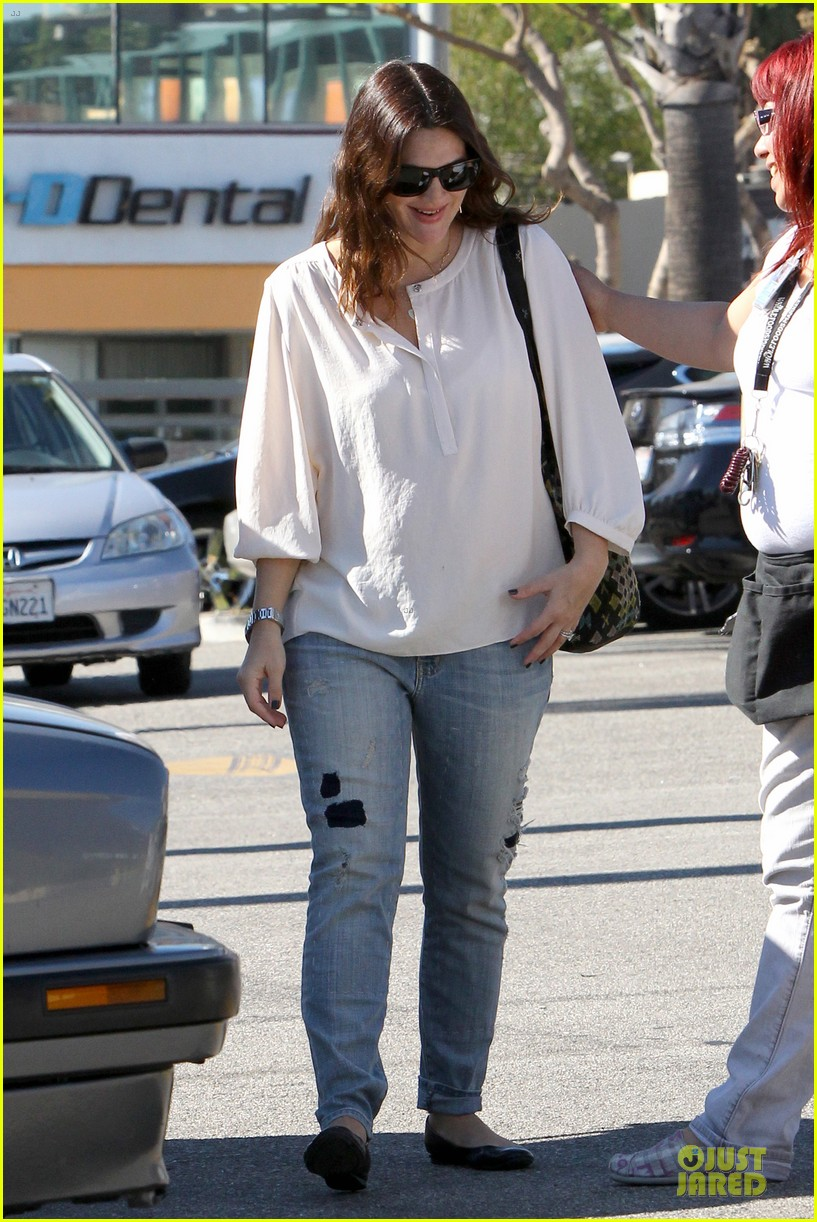 drew barrymore appreciates whole foods with a hug 13