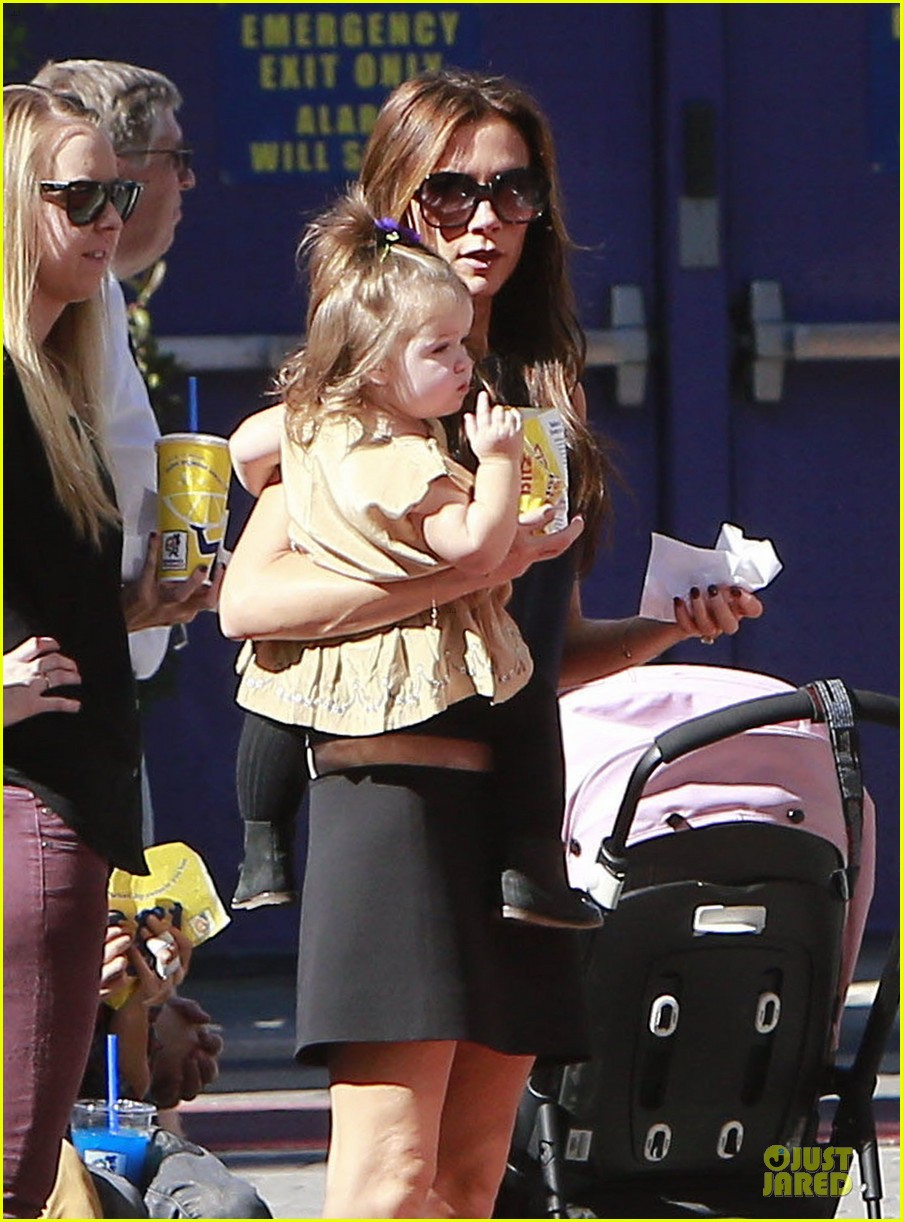 victoria beckham universal city walk with the kids 02