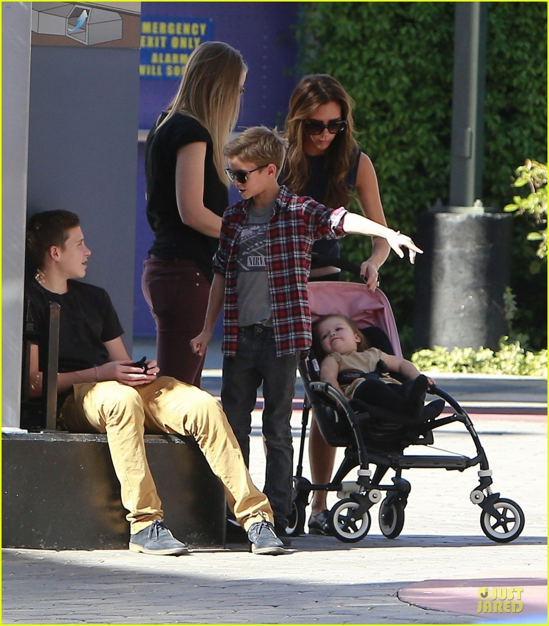 victoria beckham universal city walk with the kids 13