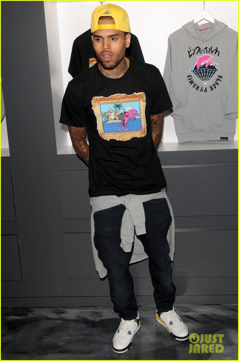 chris brown pink dolphin in store meet and greet01