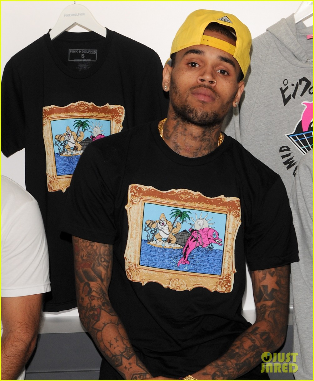 chris brown pink dolphin in store meet and greet07