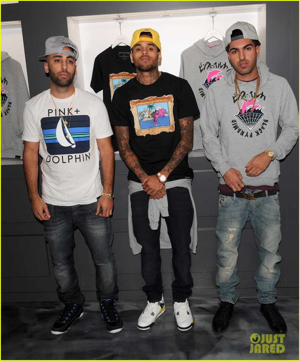 chris brown pink dolphin in store meet and greet08