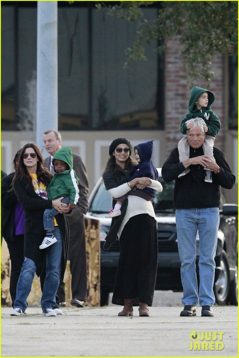 sandra bullock camila alves hang out with the kids 01