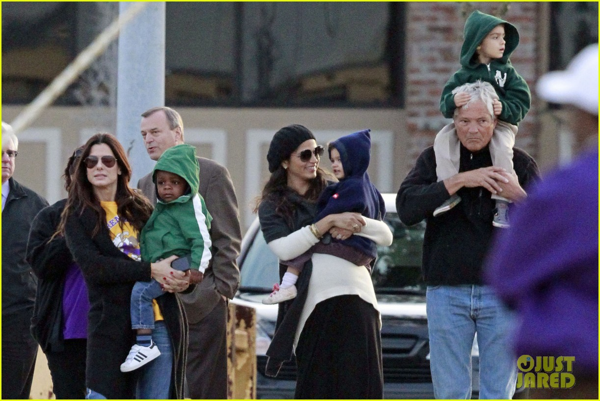 sandra bullock camila alves hang out with the kids 06