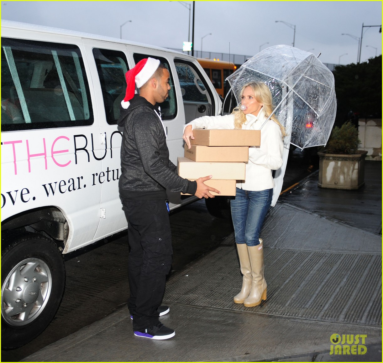 kristin chenoweth meets santa under the miseltoe 112765810