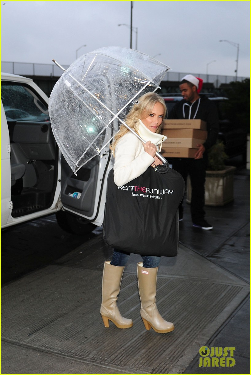 kristin chenoweth meets santa under the miseltoe 12