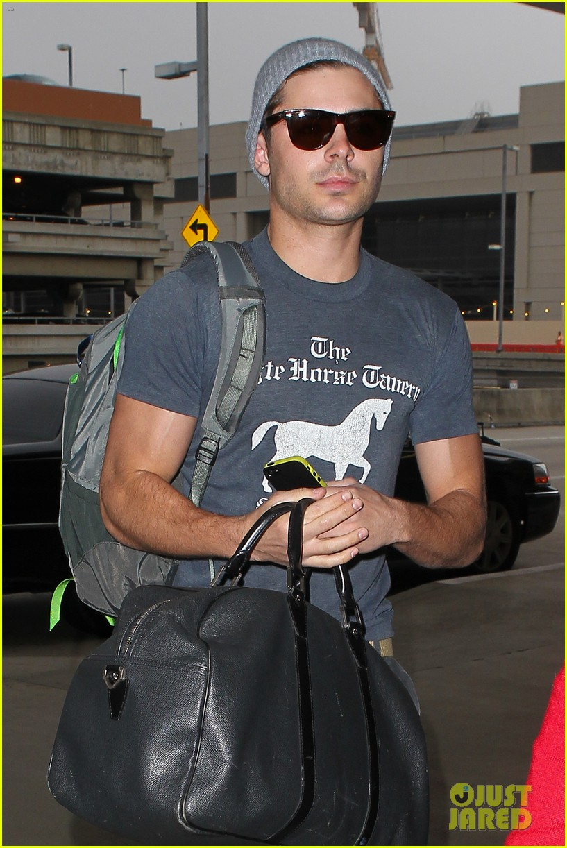 zac efron leaves rainy los angeles 02
