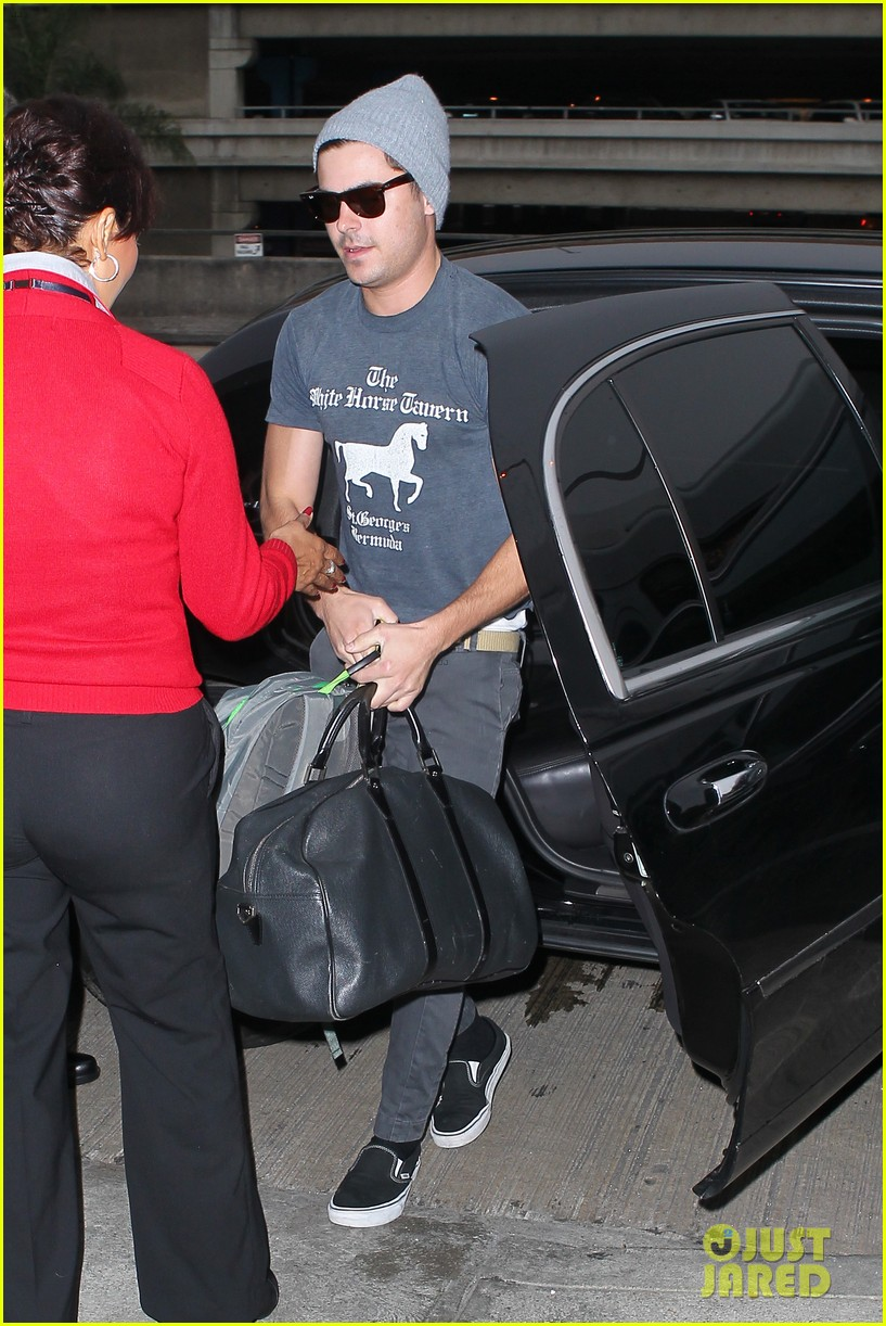zac efron leaves rainy los angeles 06