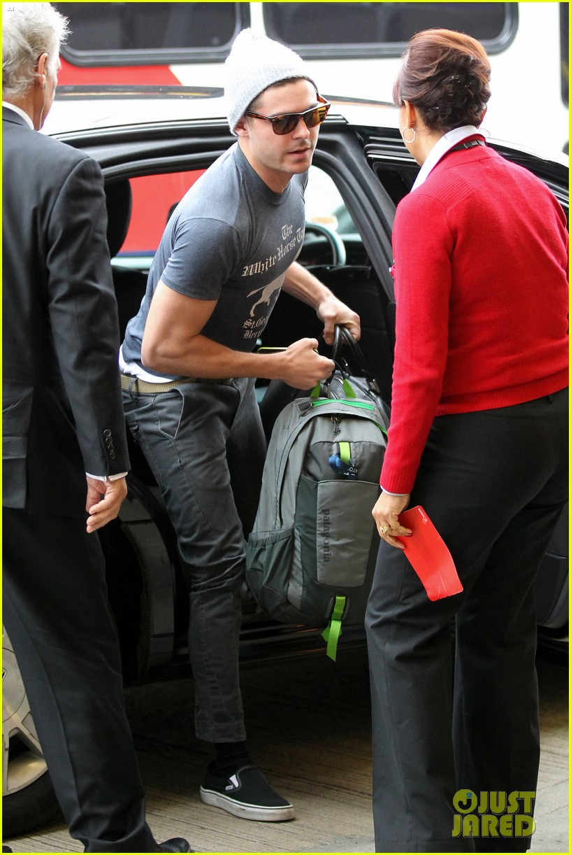 zac efron leaves rainy los angeles 12