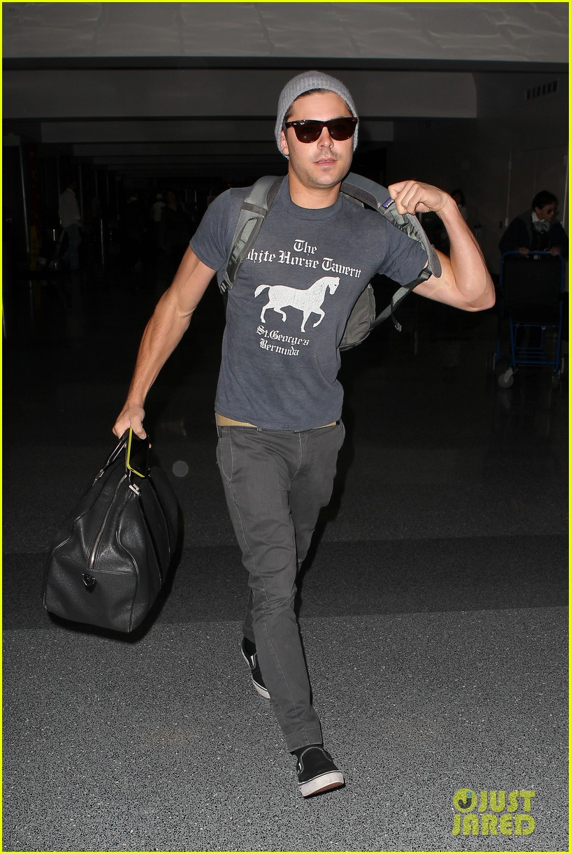 zac efron leaves rainy los angeles 14
