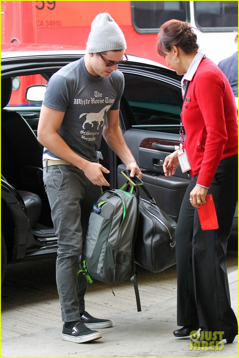 zac efron leaves rainy los angeles 15