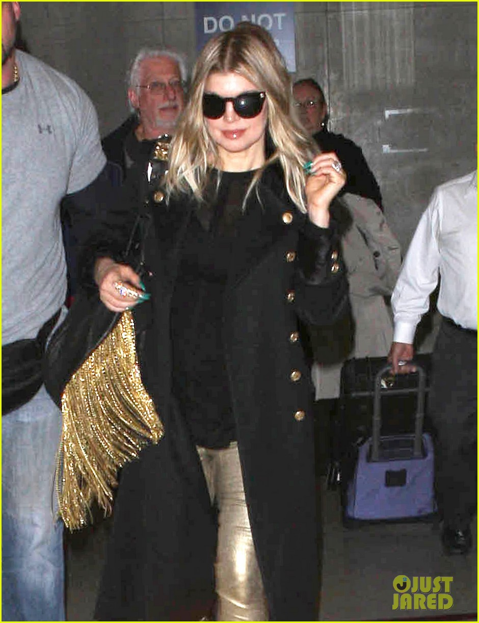 fergie pointy green nails at lax 02