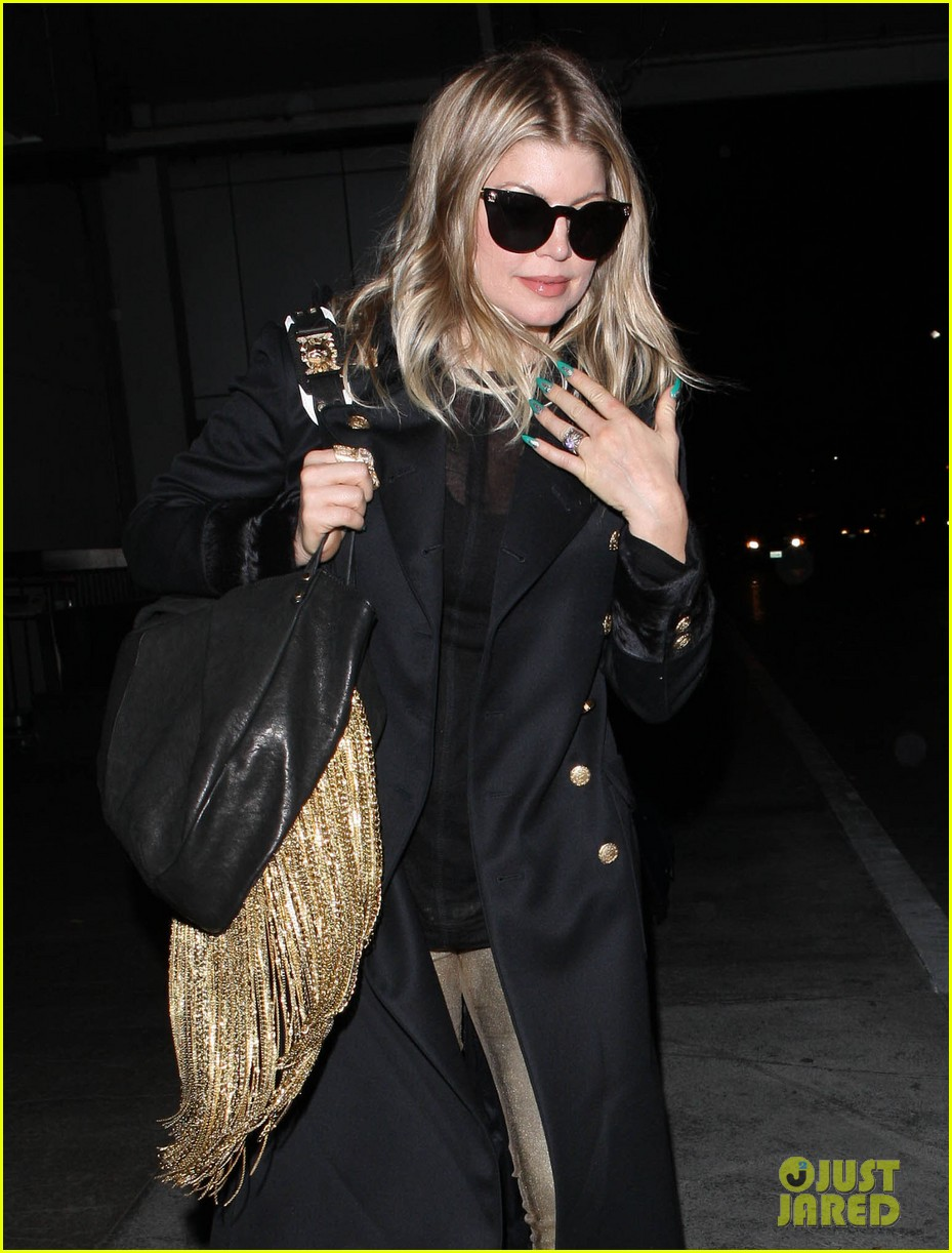 fergie pointy green nails at lax 04