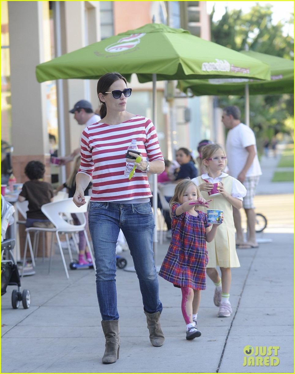 jennifer garner ice cream treat with violet seraphina 01