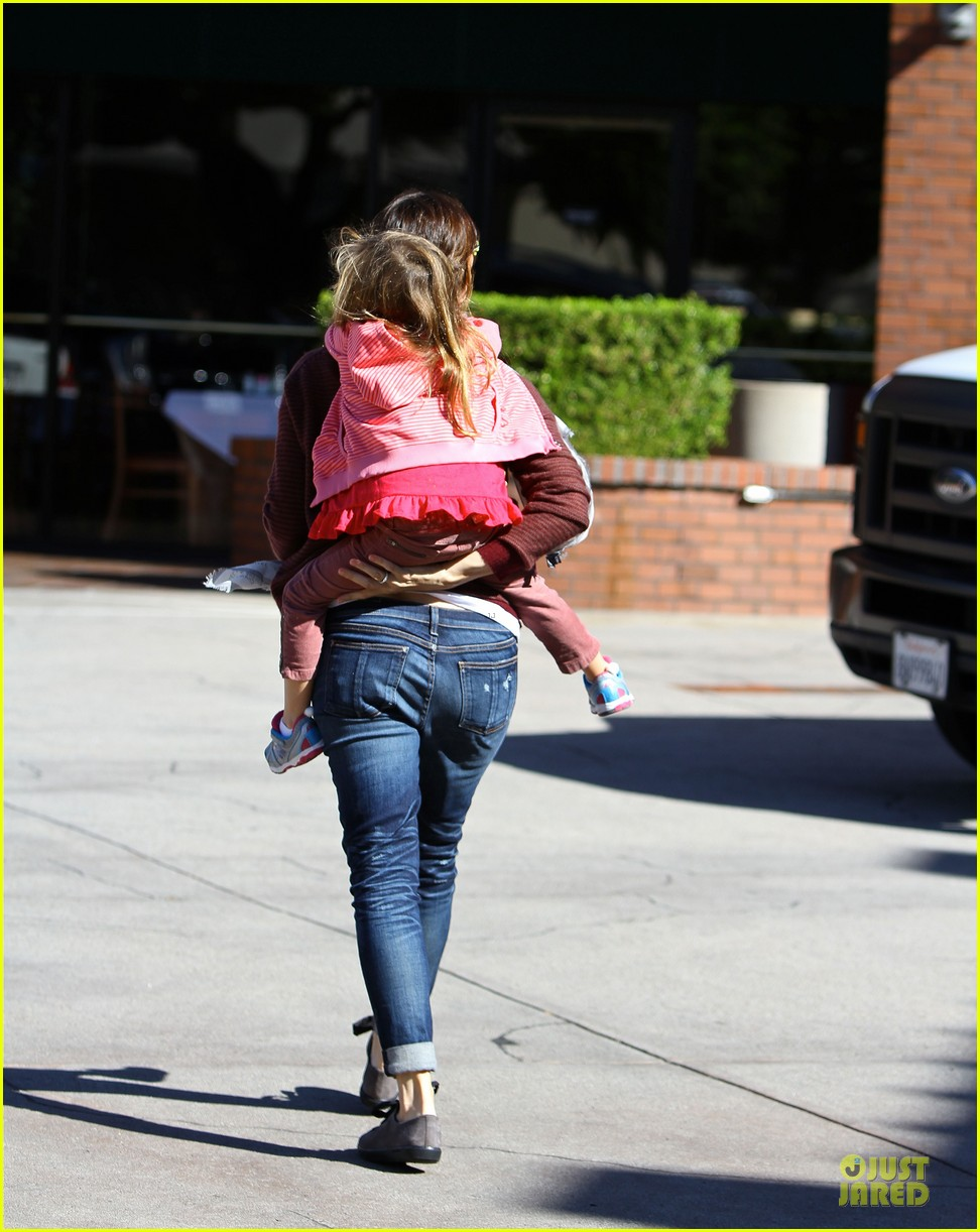 jennifer garner emery academy & martial arts stop with seraphina 01