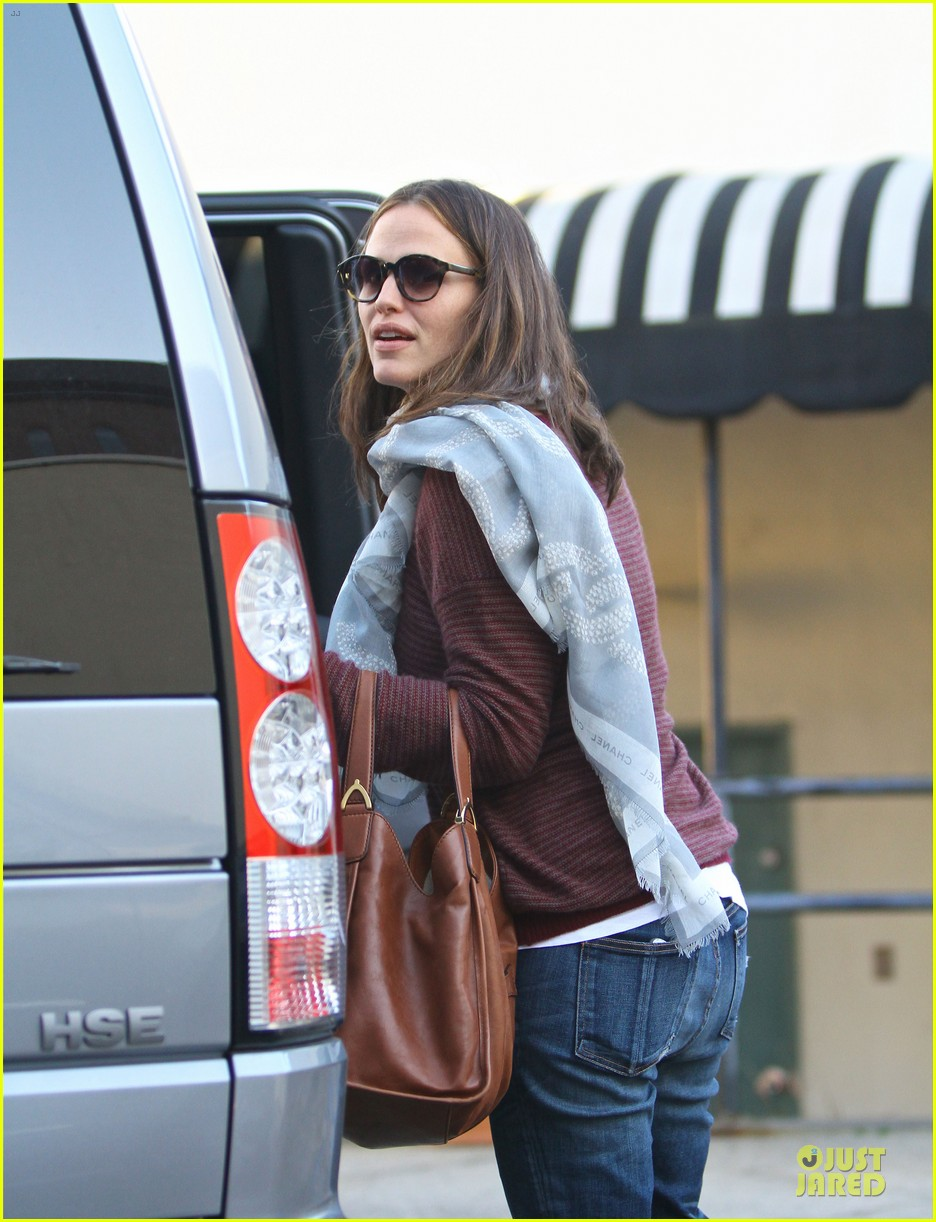 jennifer garner emery academy & martial arts stop with seraphina 02
