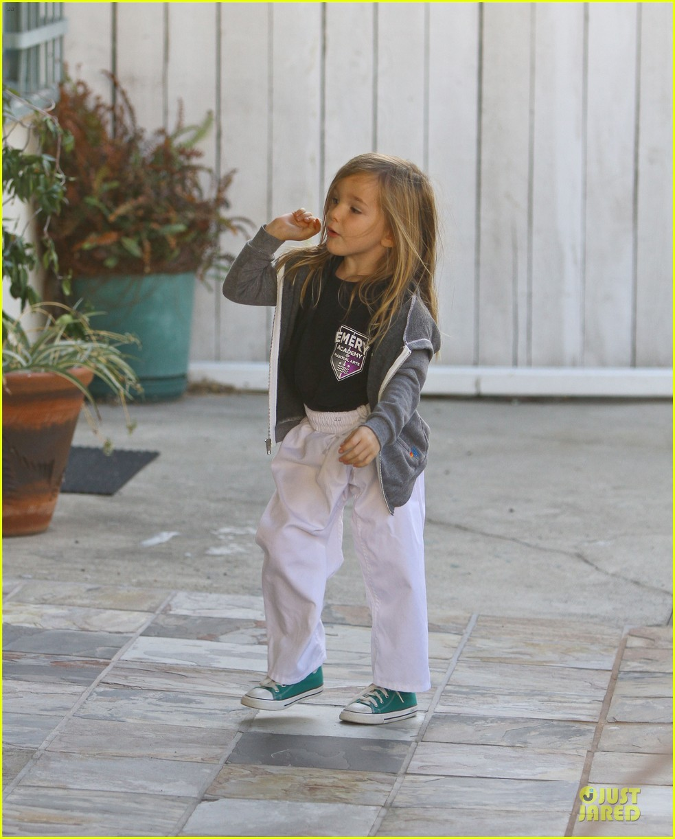 jennifer garner emery academy & martial arts stop with seraphina 04