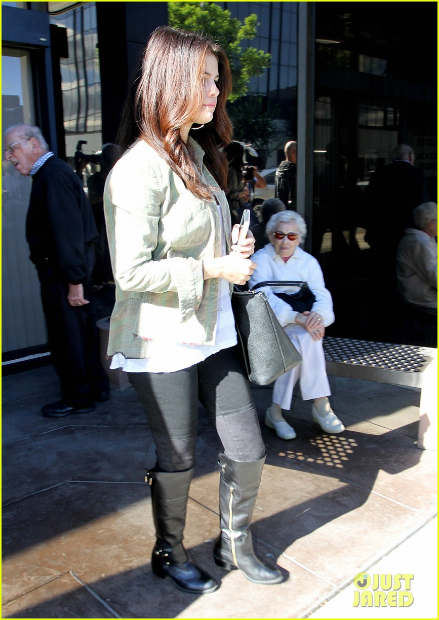 selena gomez visits er after justin bieber amas date 05