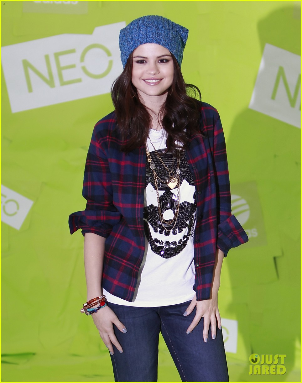 selena gomez thumbs up for neo photo call 172761488