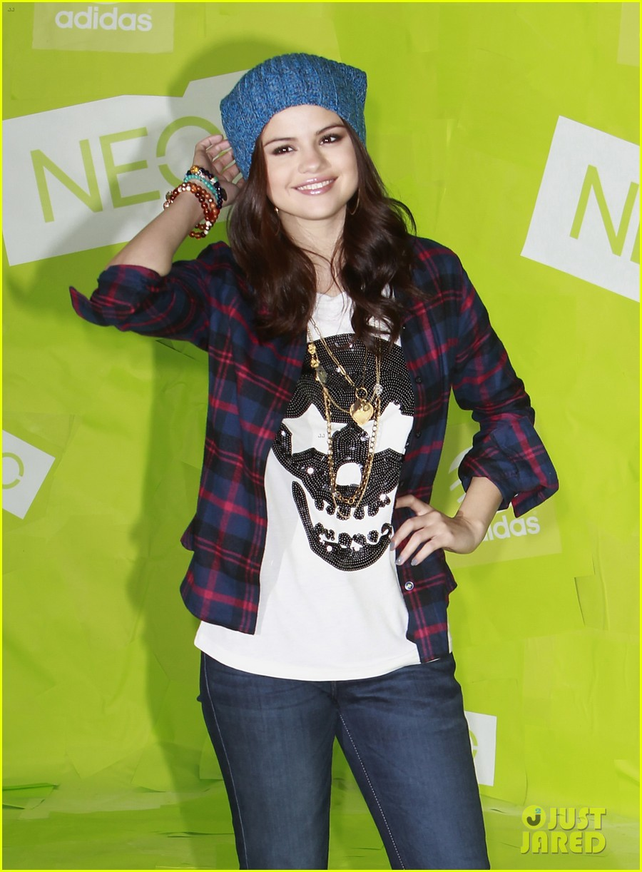 selena gomez thumbs up for neo photo call 202761491
