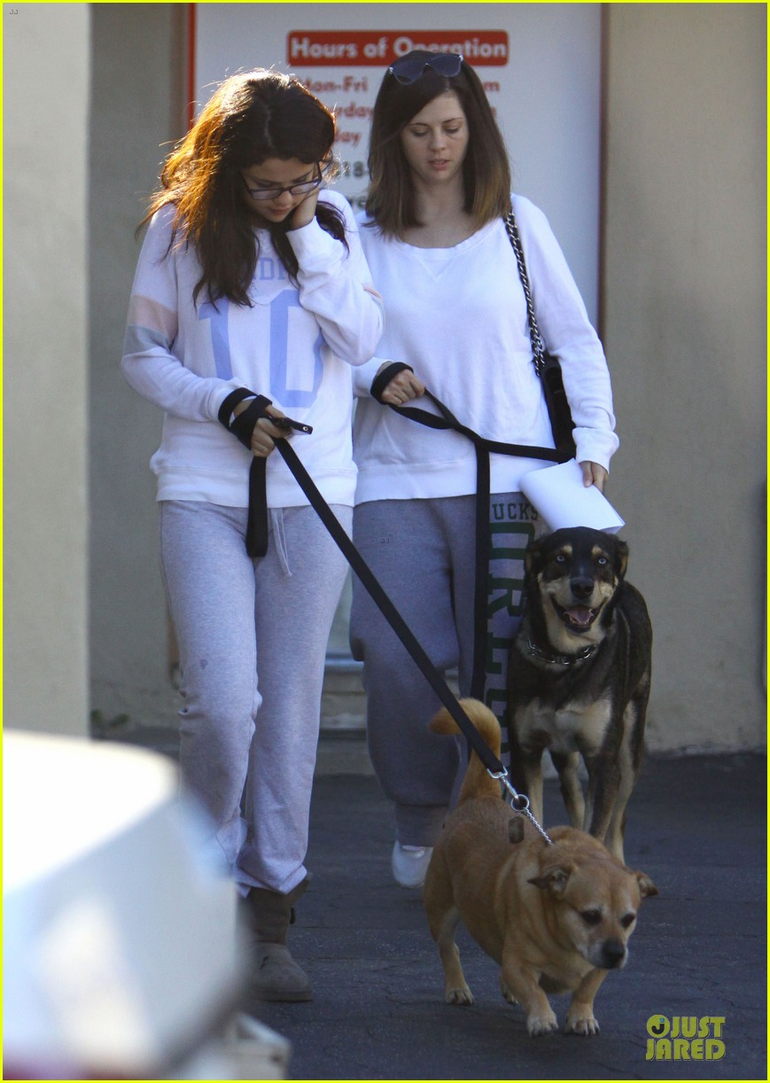 selena gomez vet stop with mother mandy 03