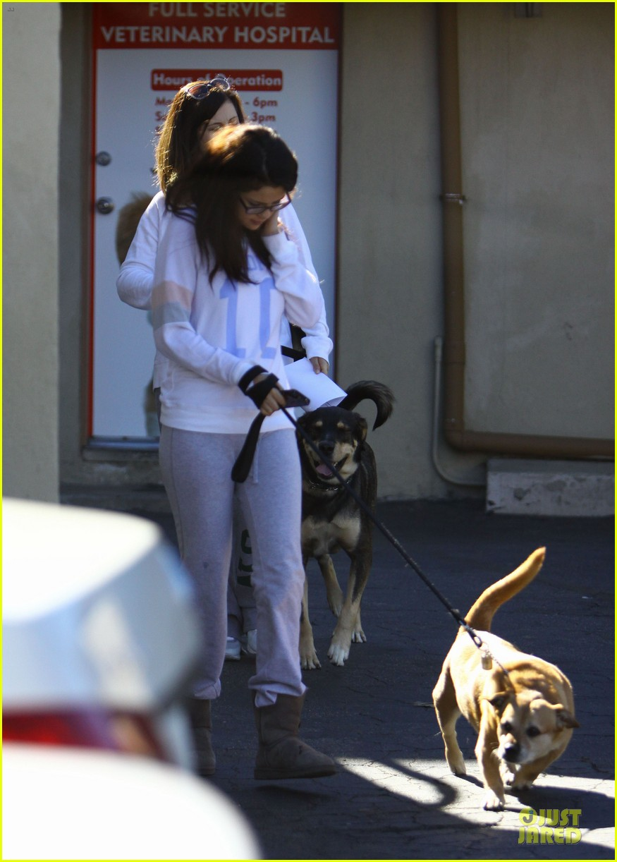 selena gomez vet stop with mother mandy 10