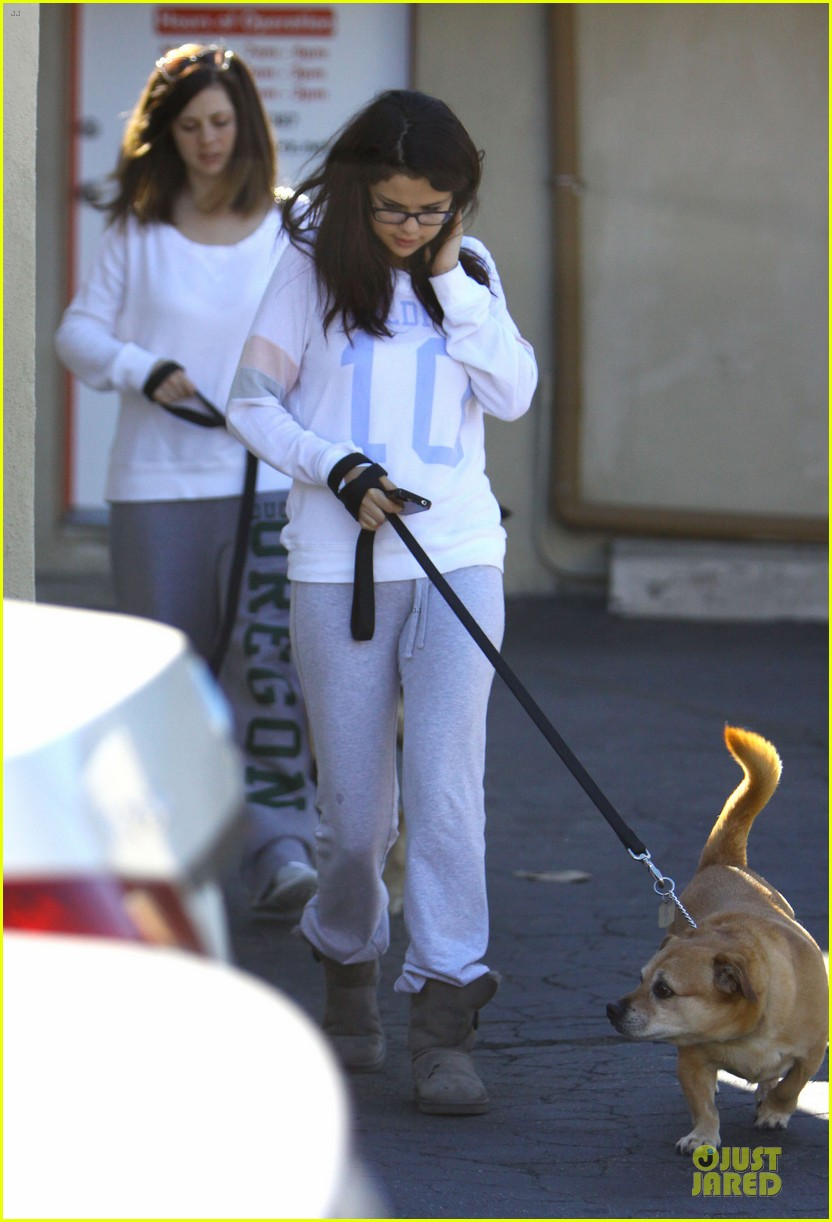 selena gomez vet stop with mother mandy 112763327