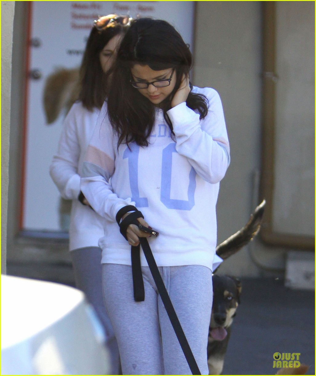 selena gomez vet stop with mother mandy 13