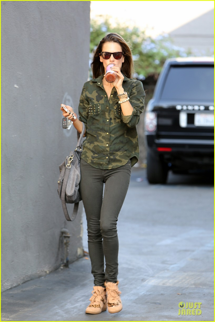 alessandra ambrosio grocery shopping with anja 03