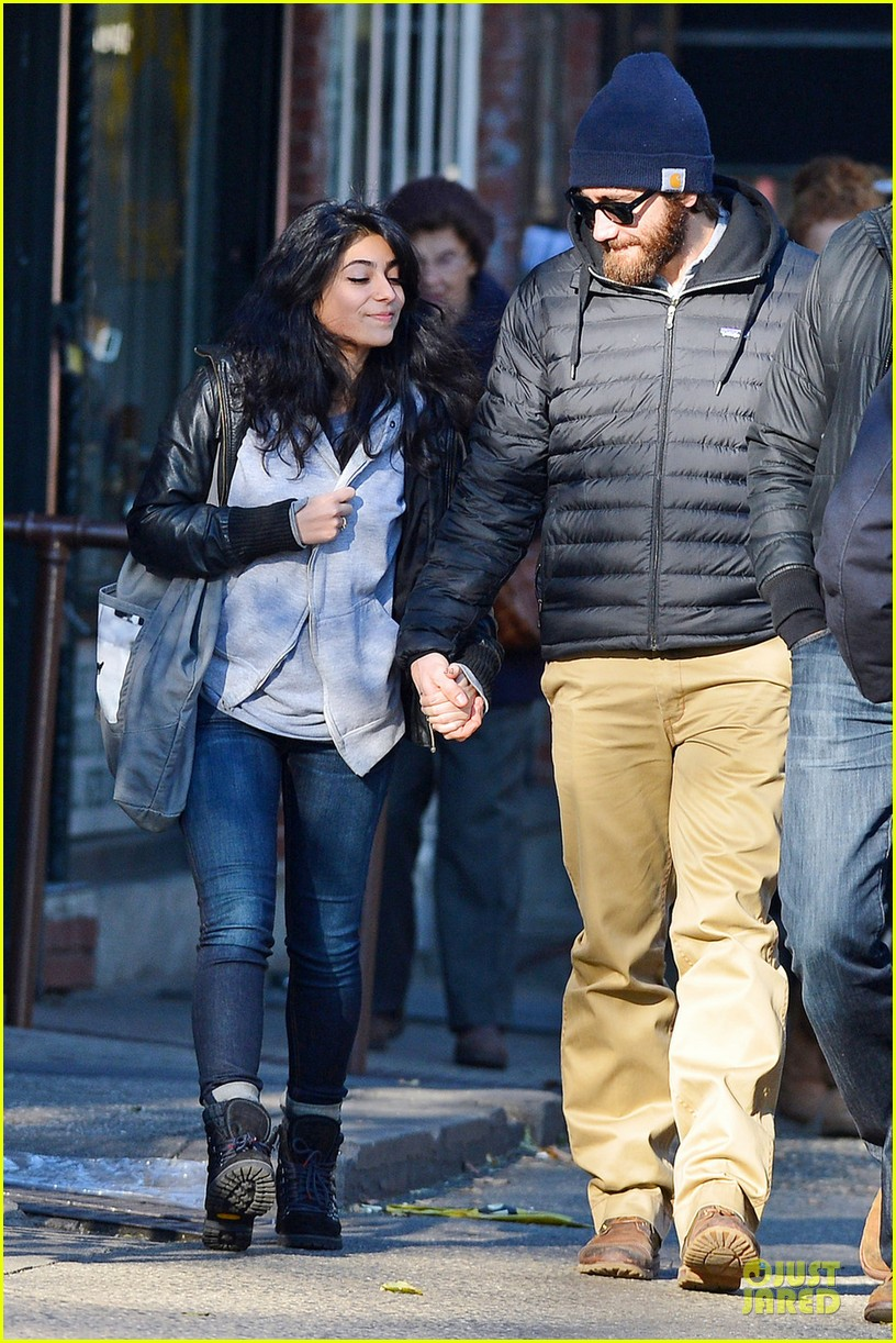 jake gyllenhaal holidng hands with mystery gal in new york city 03