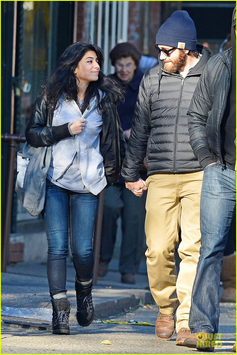 jake gyllenhaal holidng hands with mystery gal in new york city 04