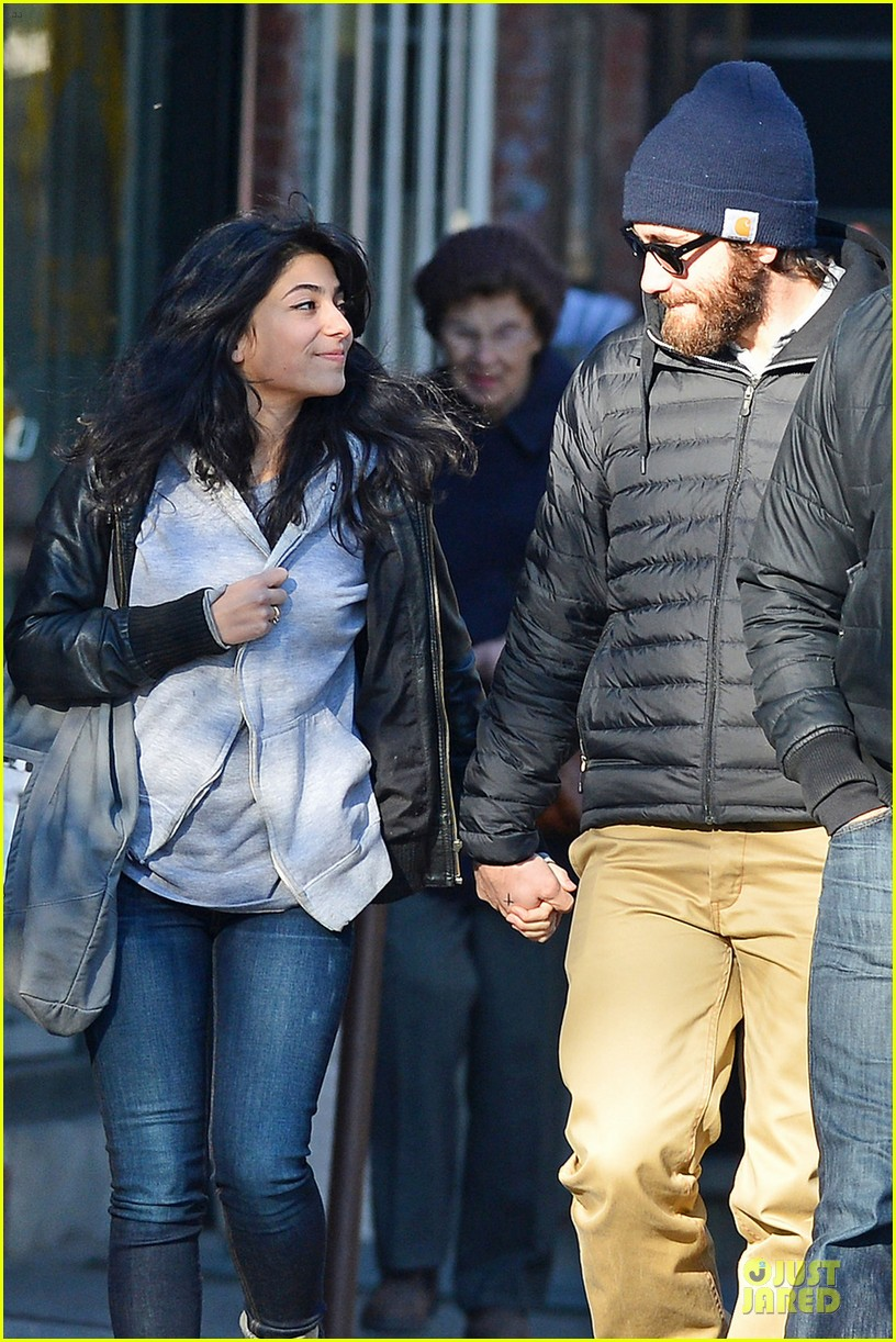 jake gyllenhaal holidng hands with mystery gal in new york city 05
