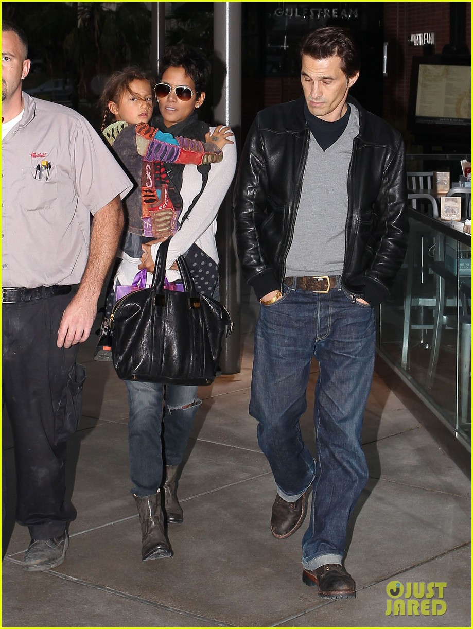 halle berry olivier martinez westfield mall shoppers01