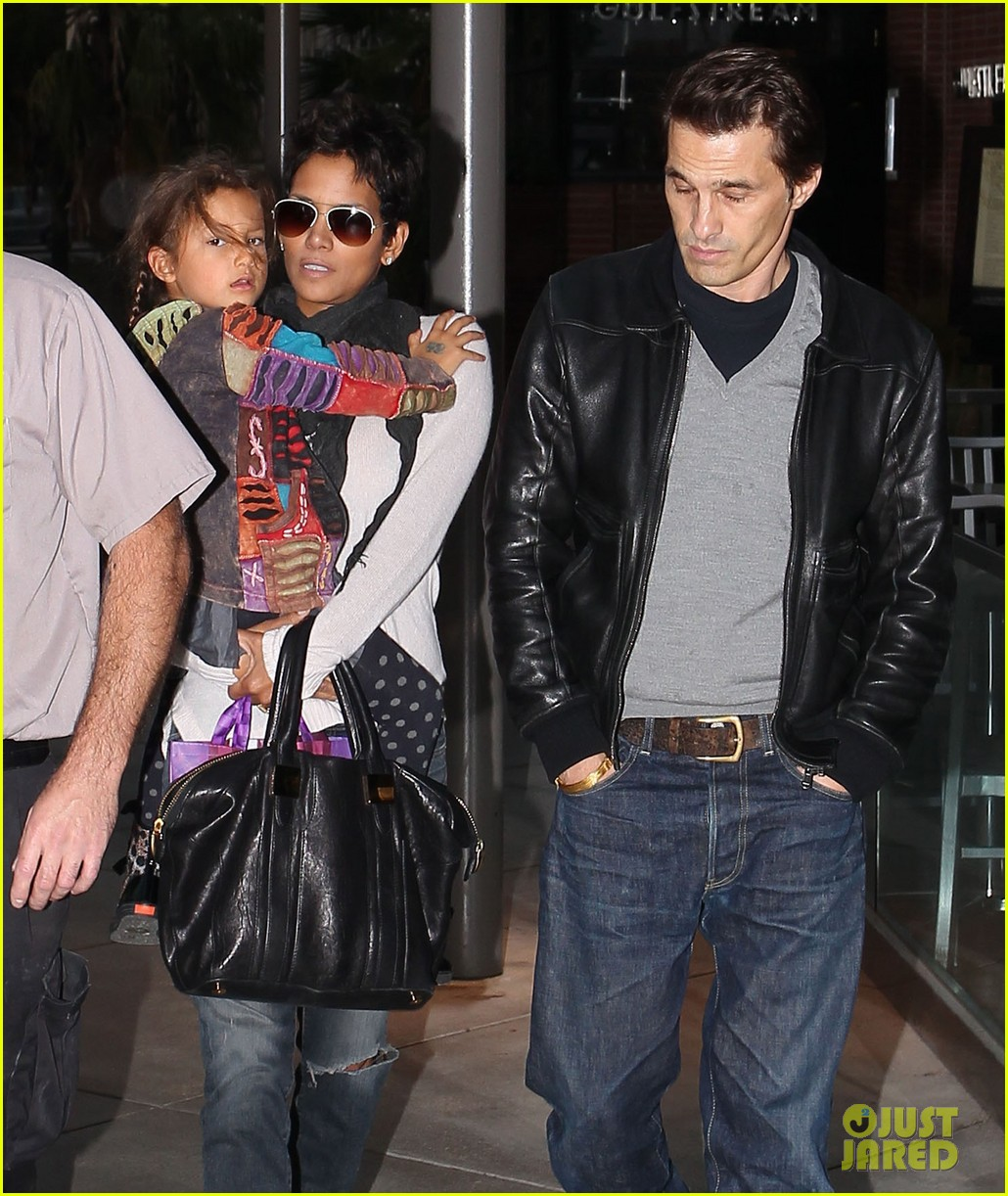 halle berry olivier martinez westfield mall shoppers04