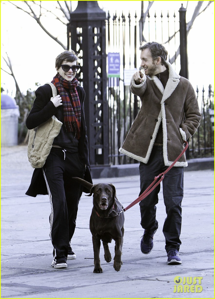 anne hathaway thanksgiving walk 01
